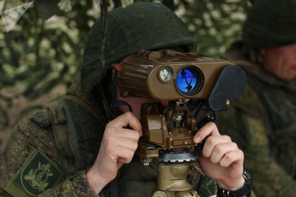 Militar russo em um posto de vigilância durante os treinamentos das tripulações das Tropas de Mísseis e Artilharia russas no polígono Zhelezny Rog, na região de Krasnodar