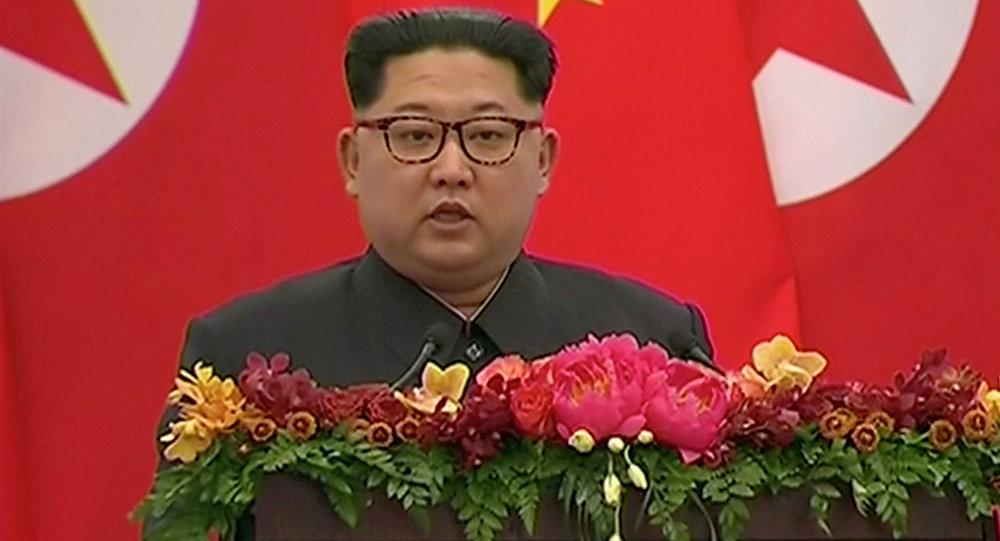 O líder norte-coreano Kim Jong Un fala durante um banquete em Pequim, China
