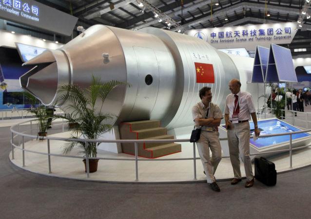 Modelo do módulo orbital chinês Tiangong 1 em um salão aeroespacial  na China