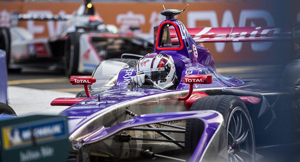 Um carro esportivo da equipe DS Virgin do Reino Unido durante o campeonato Formula E em Hong Kong, dezembro de 2017