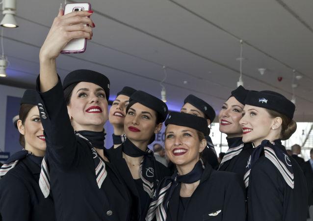 Aeromoças da companhia grega Aegean Airlines tiram selfie na conferência em Atenas