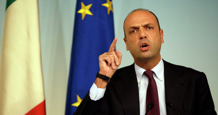 Atual ministro de relações exteriores da Itália, Angelino Alfano fala com jornalistas quando era ministro do Interior, em 2014.