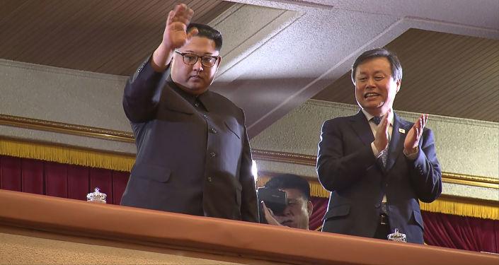 Kim Jong-un com ministro da Cultura, Esporte e Turismo sul-coreano Do Jong-whan durante concerto de música pop sul-coreana, Pyongyang, 1º de abril