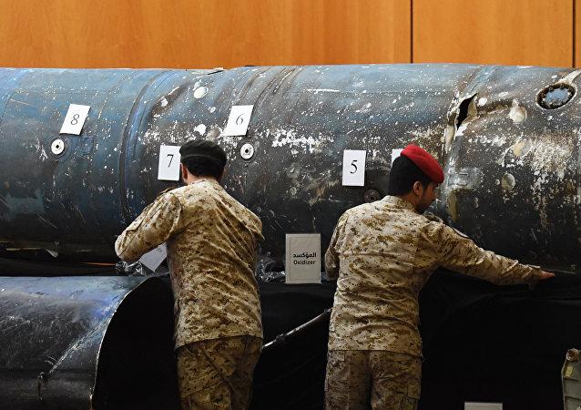 Soldados sauditas revelam os restos de mísseis que uma coalizão militar liderada pela Arábia Saudita afirma ser iraniana.