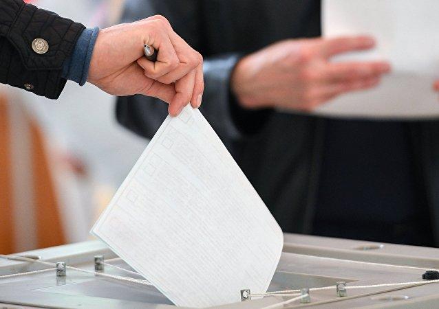 Pessoa votando nas eleições presidenciais em 18 de março