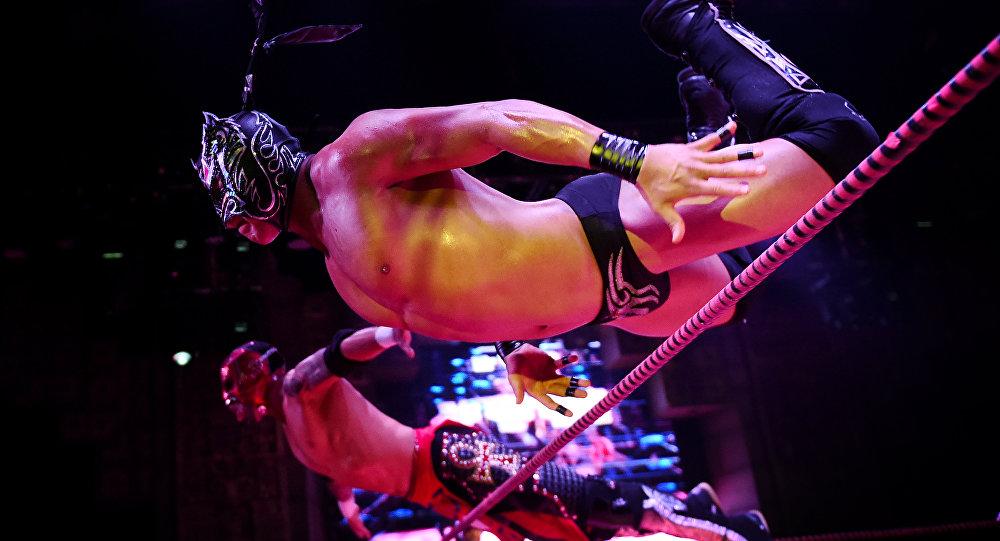 Lutadores Dragon Lee e Rey Horus saltam na direção de seus oponentes durante o show Crazy in Love, no teatro Mayan em Los Angeles, Califórnia, em 10 de fevereiro de 2016