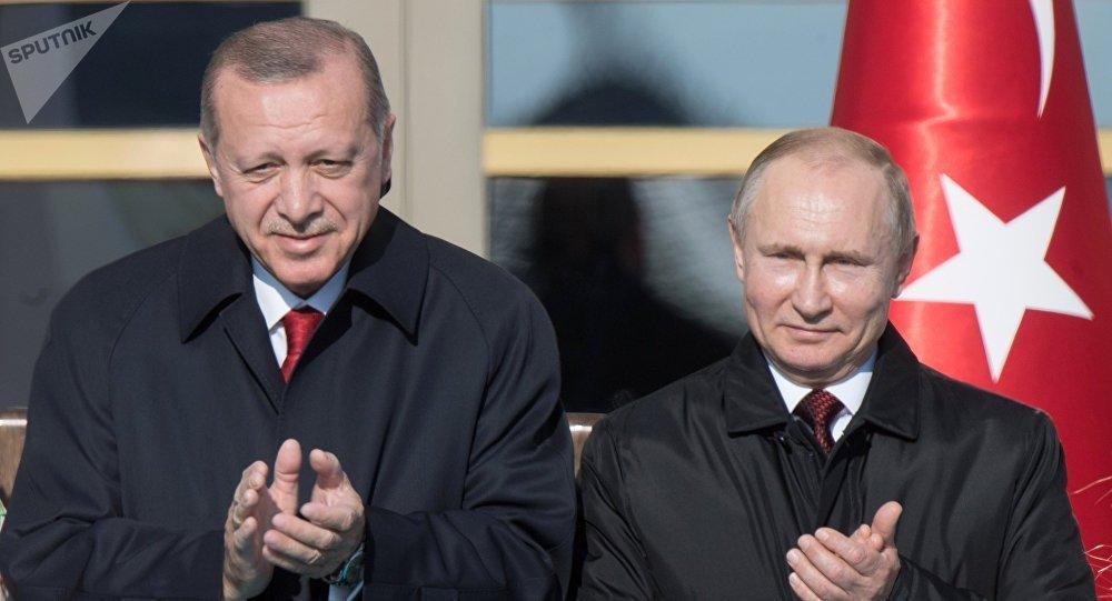 Presidente turco, Recep Tayyip Erdogan, e seu homólogo russo, Vladimir Putin, durante a cerimônia oficial de boas-vindas no âmbito da visita do presidente russo a Ancara, em 3 de abril
