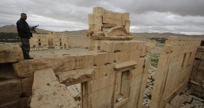 Policial sírio protege ruínas em Palmira