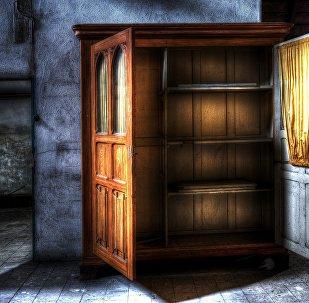 Armário aberto em sala (imagem referencial)