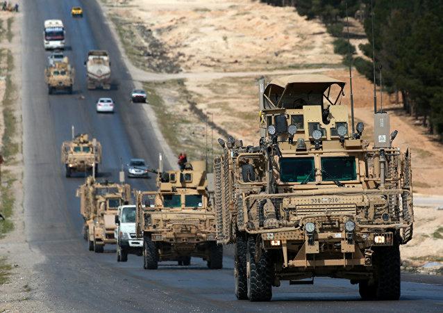 Veículos da coalizão liderada pelos EUA na cidade de Manbij, no norte da Síria