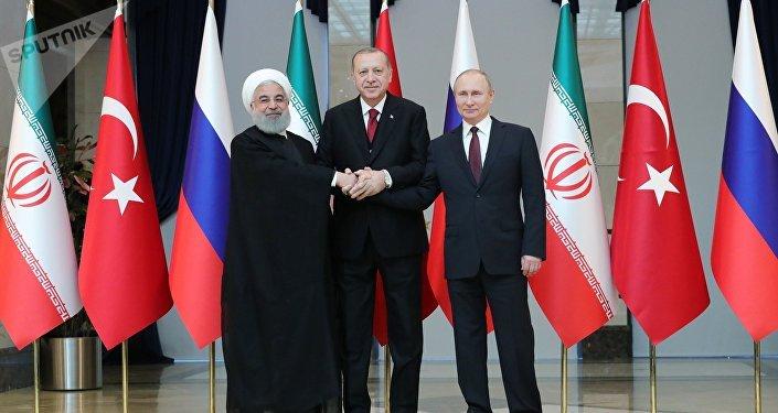 Presidentes da Rússia, Vladimir Putin, da Turquia, Recep Tayyip Erdogan, e do Irã, Hassan Rouhani, da esquerda para a direita, posam para fotos antes da reunião em Ancara