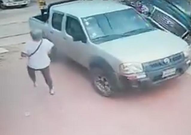 Pedestre sente como ninguém colisão entre 2 caminhonetes