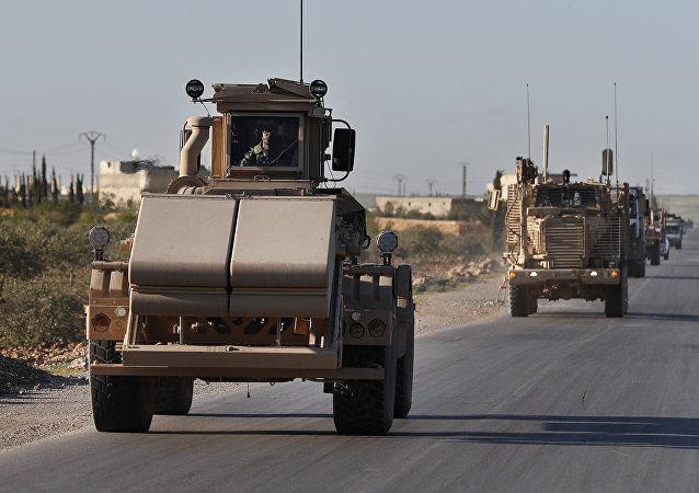Material bélico das tropas estrangeiras perto da cidade síria de Manbij