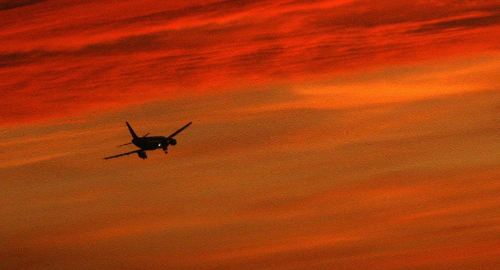 Um avião durante aterrissagem