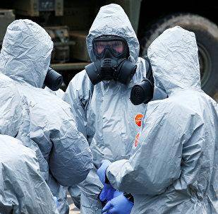 Especialistas britânicos investigando a área onde foi envenenado o ex-agente russo Sergei Skripal e sua filha