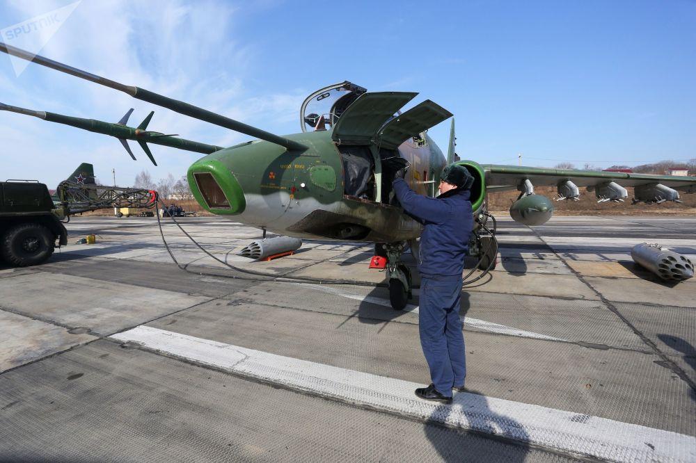 Preparação do avião de assalto Su-25 para decolagem em Primorie
