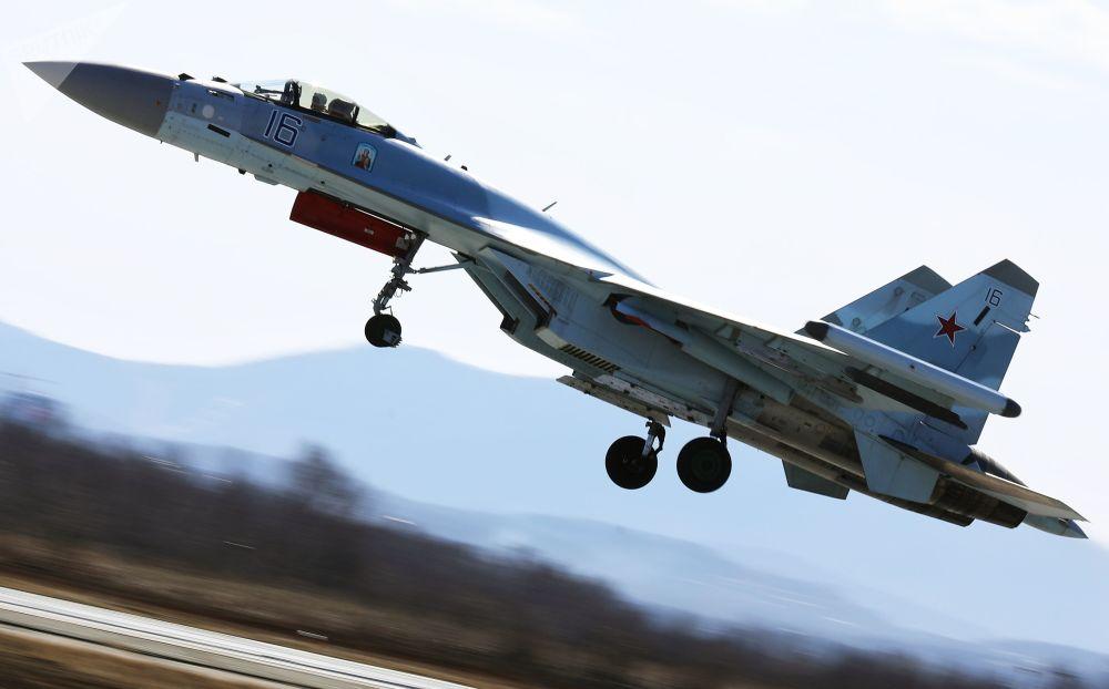 Caça Su-35 no ar durante o concurso em Primorie