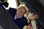 O ex-presidente do Brasil, Luiz Inácio Lula da Silva, saúda simpatizantes em São Bernardo do Campo, em ato de 5 de abril de 2018