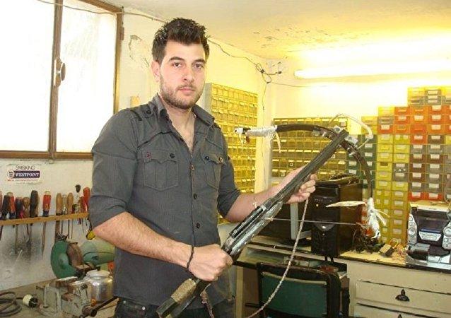 Asaad Haddad com uma das armas criadas por suas próprias mãos
