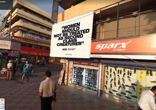 Mulheres não deveriam ser tratadas como seres de segunda classe, diz a frase em Banglore, na Índia. O grupo Repórteres sem Fronteiras colocou uma série de imagens no Google Street View com frases críticas em cartões postais de várias localidades do mundo.