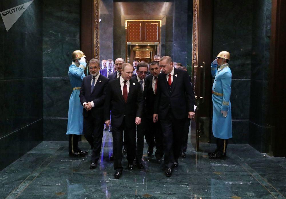 Presidente da Rússia, Vladimir Putin, e seu homólogo turco, Recep Tayyip Erdogan, durante um encontro bilateral no Palácio Presidencial de Ancara