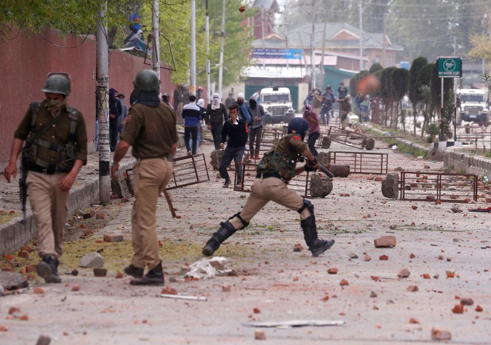 Estudantes atiram pedras contra a Polícia durante protestos na Caxemira