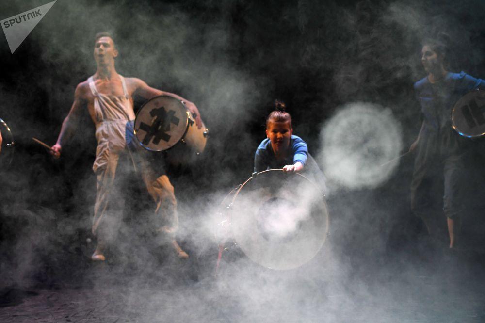 Atores do Circo Upsala, que reúne adolescentes com dificuldades sociais ou físicas, durante um espetáculo no Museu Judaico e Centro de Tolerância, em Moscou