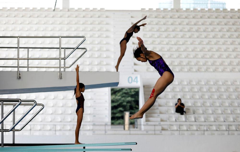Praticantes de saltos ornamentais se treinam nas vésperas da competição Asian Games 2018 que terá lugar em Jakarta, na Indonésia