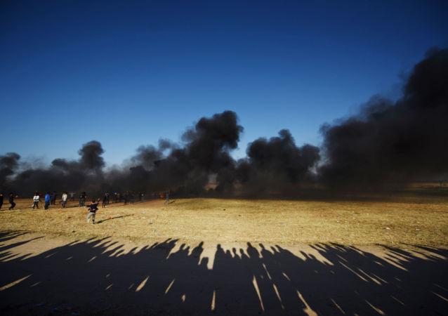 Manifestantes palestinos durante confrontos com soldados israelenses na fronteira entre a Faixa de Gaza e Israel (arquivo)