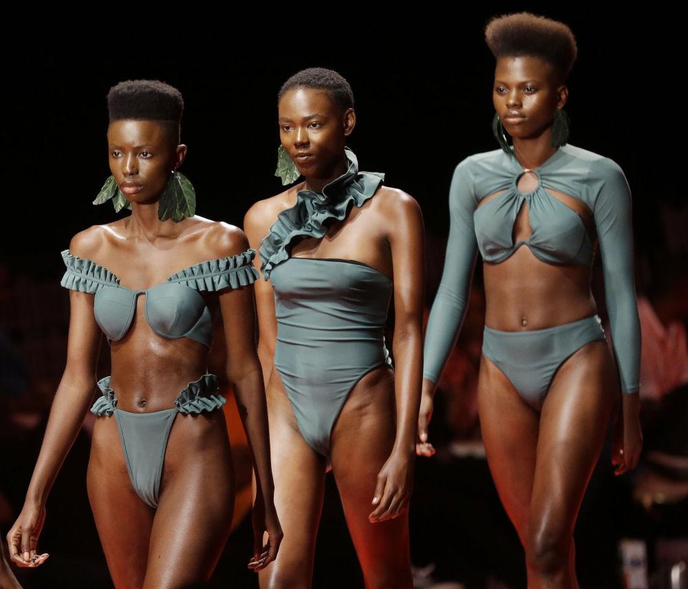 Modelos demonstram peças do designer Andrea Iyamah durante a semana da moda na Nigéria