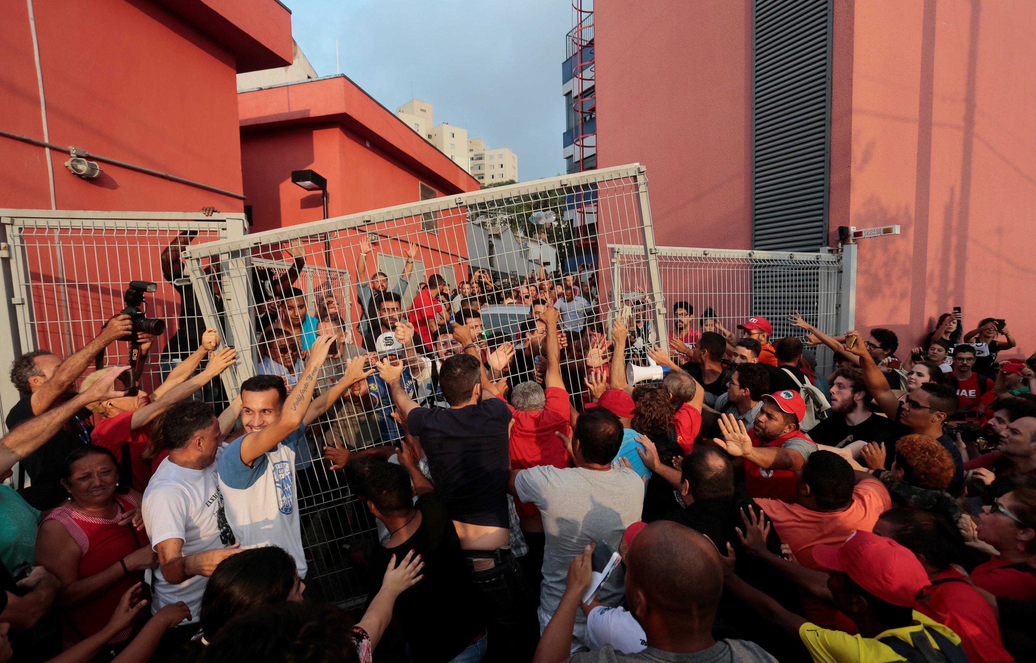 Manifestantes arrancam portão do Sindicato dos Metalúrgicos do ABC, em São Bernardo do Campo. Eles tentavam impedir que o ex-presidente Lula se entregasse à Polícia Federal.