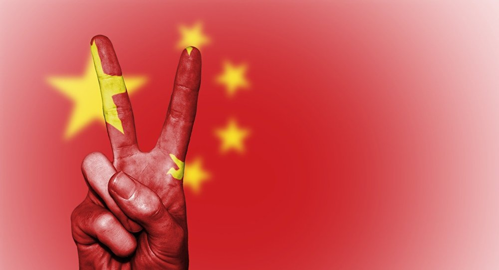 Bandeira chinesa e sinal de V (imagem ilustrativa)
