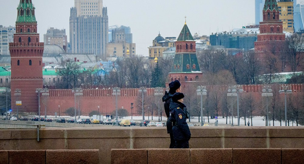 Policiais patrulham uma ponte perto do Kremlin, Moscou, 26 de março de 2018