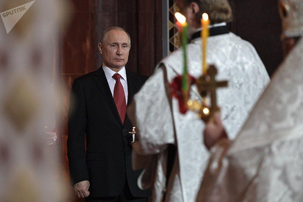 Presidente russo, Vladimir Putin, atende à missa da Páscoa na Catedral de Cristo Salvador, em Moscou, juntamente com outros 8 mil paroquianos