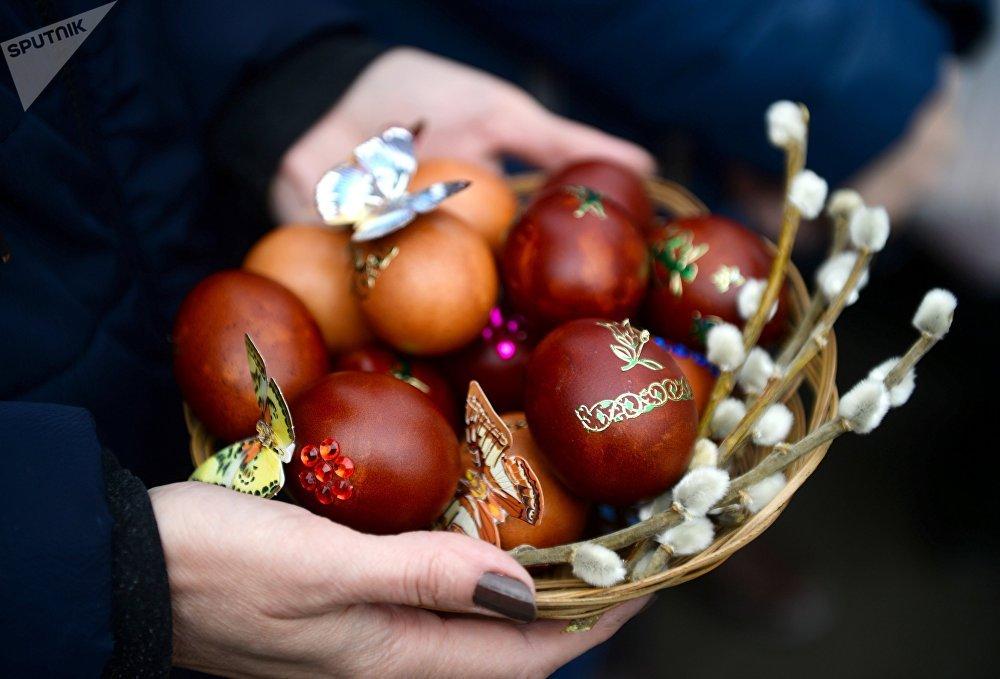 Bolos e ovos pascais são abençoados no Sábado Santo, na cidade russa de Kazan