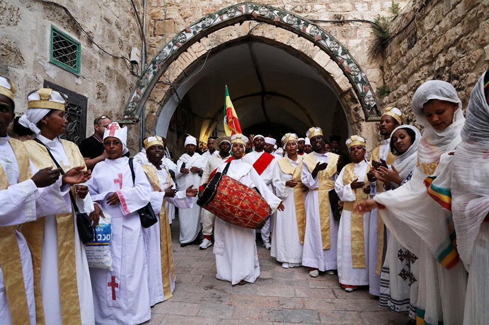 Crentes ortodoxos etíopes tocam música ao participarem da tradicional cerimônia ortodoxa do Fogo Sagrado, na Basílica do Santo Sepulcro, em Jerusalém