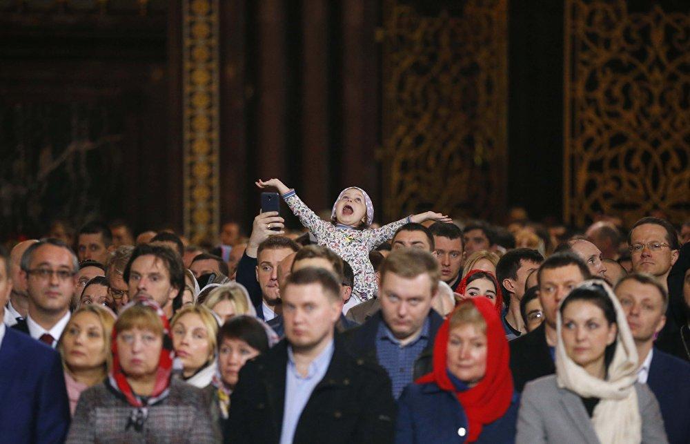 Pessoas participam da missa da Páscoa na Catedral de Cristo Salvador, em Moscou