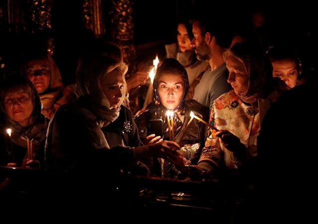 Crentes acendem velas durante a missa pascal na Catedral Ortodoxa Grega de São Jorge, em Istanbul