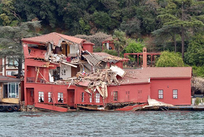 Mansão histórica do século XVIII, localizada na costa do estreito de Bósforo, foi destruída pelo navio cargueiro Vitaspirit