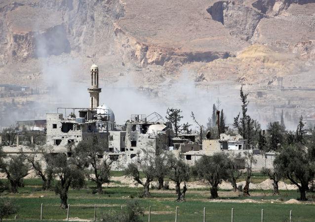 Forças governamentais sírias avançam com ofensiva na cidade de Douma, último baluarte de rebeldes na região de Ghouta Oriental, 8 de abril de 2018