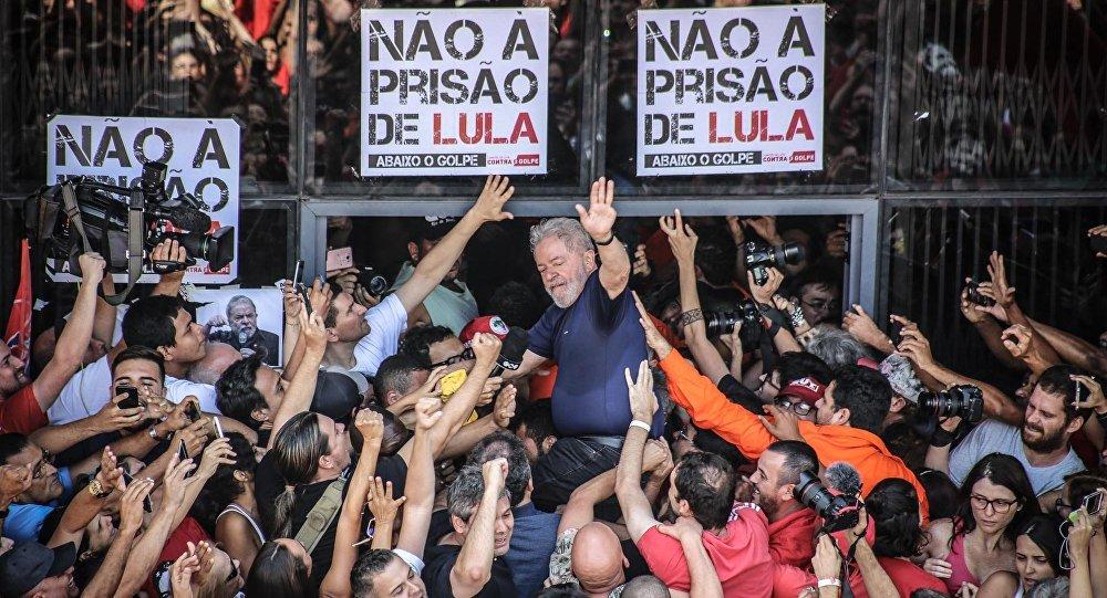 Lula acena para a miltância no Sindicato dos Metalúrgicos, em São Bernardo do Campo