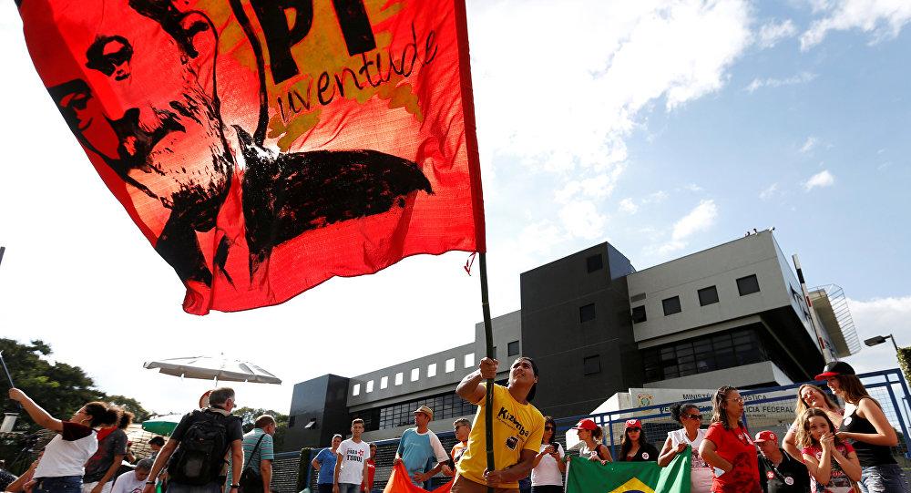 PT continua mobilizado em Curitiba e se reúne para reafirmar candidatura Lula