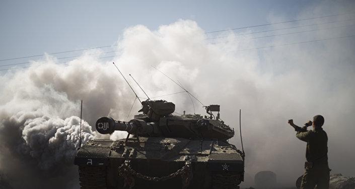 Soldado e tanques israelenses perto da fronteira com a Síria (foto de arquivo)