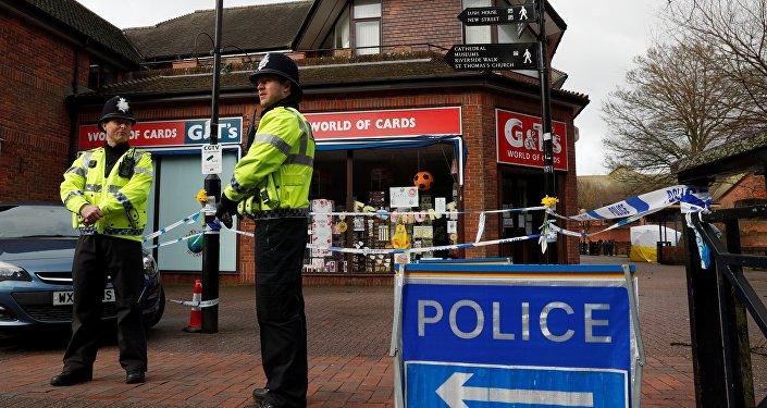 Policiais montam guarda perto de um banco de um shopping de Salisbury onde foram encontrados Sergei e Yulia Skripal, 12 de março, Reino Unido.