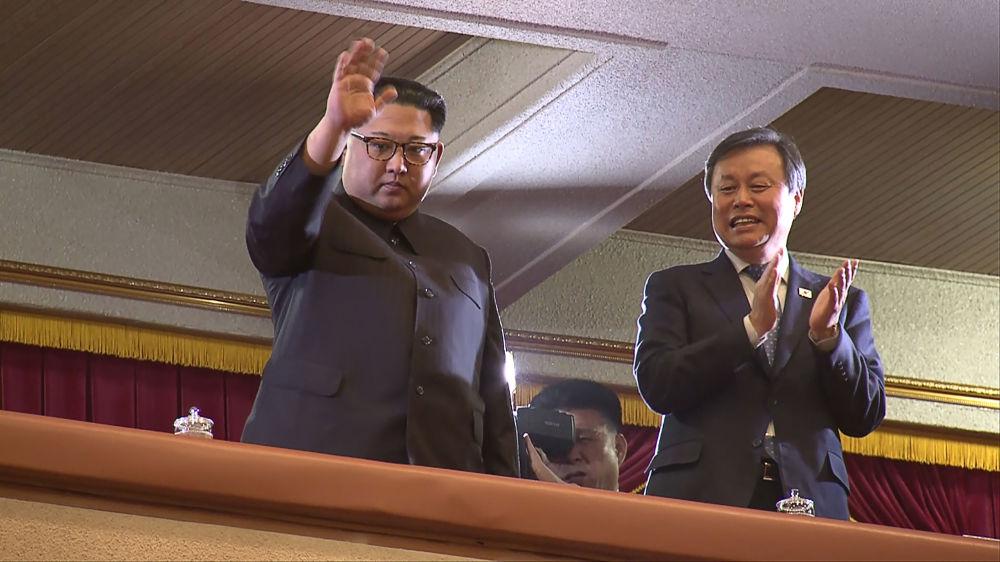 Líder norte-coreano visita concerto de músicos pop sul-coreanos em Pyongyang, abril de 2018