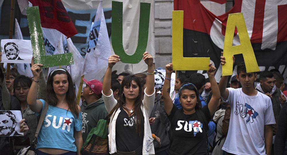 """Pessoas seguram letras com nome de """"Lula"""" como manifestação contra a detenção do ex-presidente do Brasil, Luiz Inácio Lula da Silva (2003-2011) em frente à embaixada brasileira em Buenos Aires, Argentina, 6 de abril de 2018"""