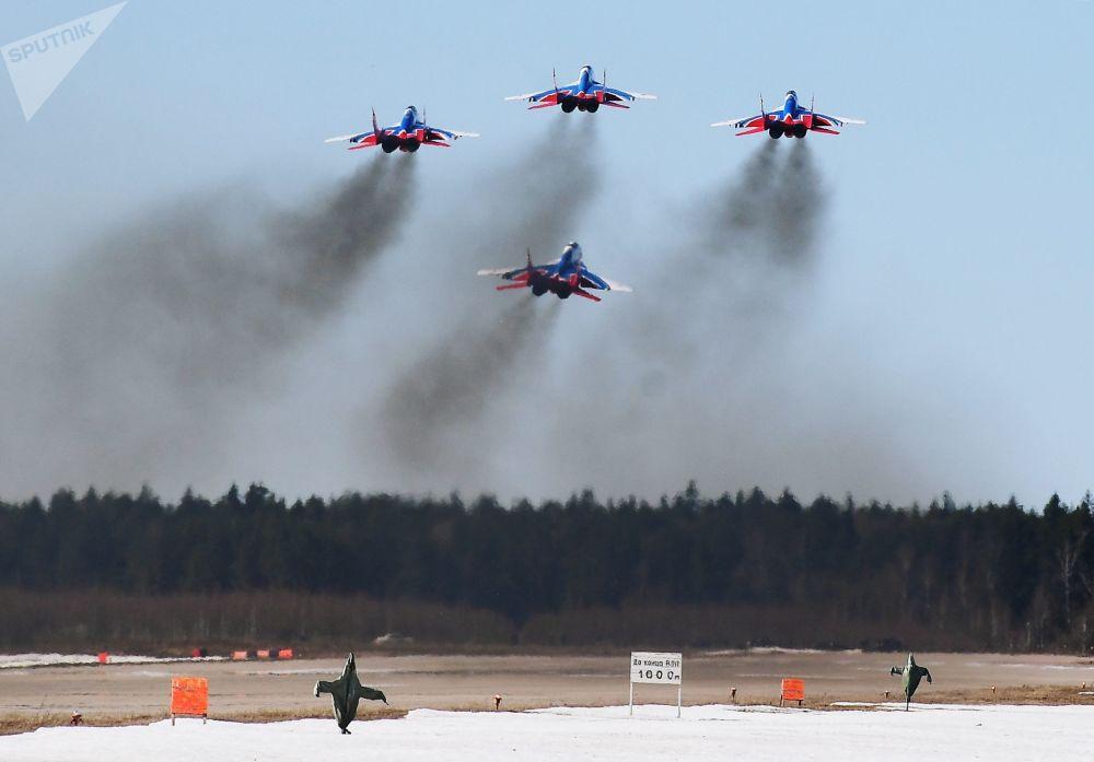 Caças multifuncionais MiG-29 da esquadrilha de acrobacia aérea Strizhy participam do ensaio da parte aérea da 73ª Parada da Vitória que se realizará na Praça Vermelha, em Moscou, em 9 de maio de 2018