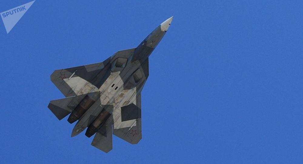 Caça multifuncional Su-57 (PAK FA) participa do ensaio da parte aérea da 73ª Parada da Vitória que se realizará na Praça Vermelha, em Moscou, em 9 de maio de 2018