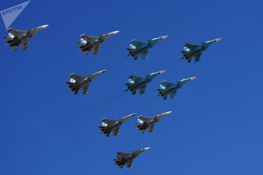 Grupo de caças Su-30 e Su-35 e caças-bombardeiros Su-34 participam do ensaio da parte aérea da 73ª Parada da Vitória que se realizará na Praça Vermelha, em Moscou, em 9 de maio de 2018