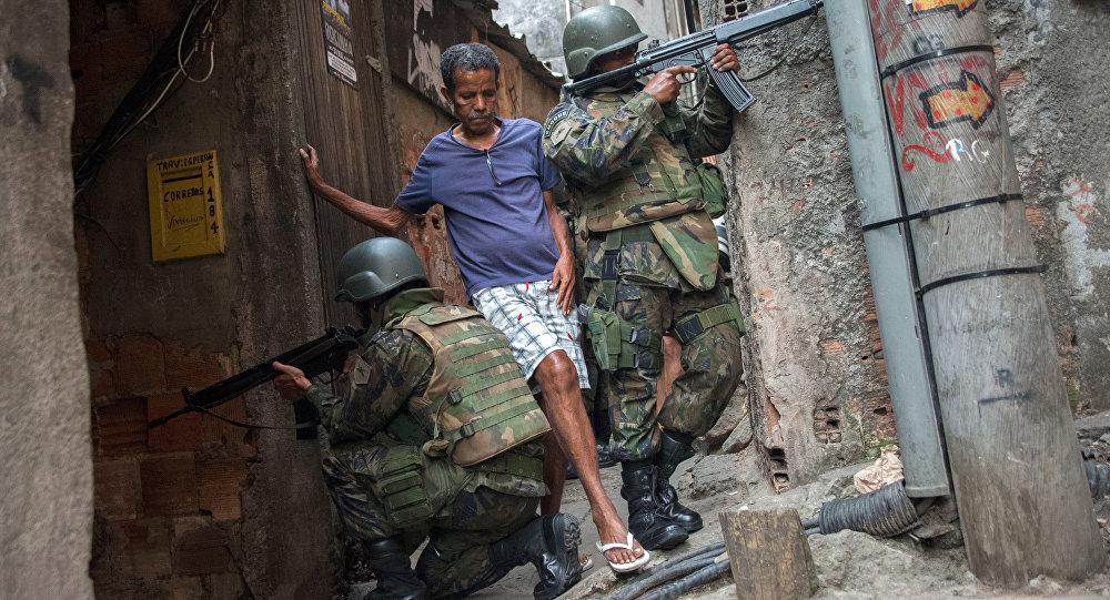 Homem desvia de militares na Rocinha.
